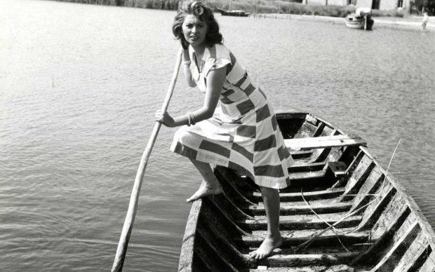 Sofia Loren sul set de La Donna del Fiume, regia di Mario Soldati, 1955