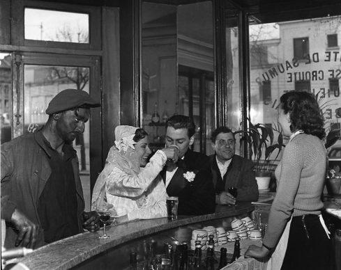Robert Doisneau, Café noir et blanc, Joinville le pont, 1948. © Atelier Robert Doisneau