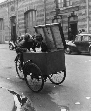 Robert Doisneau, Baiser Blotto, Paris, 1950. © Atelier Robert Doisneau