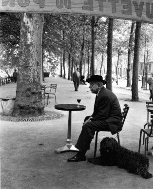 Robert Doisneau, Jacques Prévert au guéridon, 1955. © Atelier Robert Doisneau