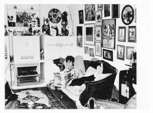 John Lennon nella sua abitazione legge il giornale underground DzInternational Timesdz. Weybridge, Inghilterra, 1968