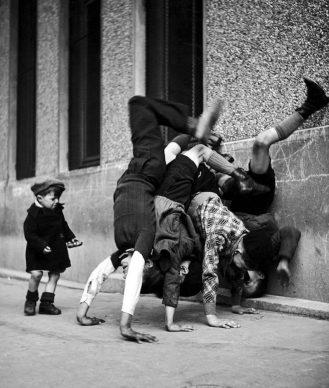 Robert Doisneau, Les pieds au mur, 1934.© Atelier Robert Doisneau