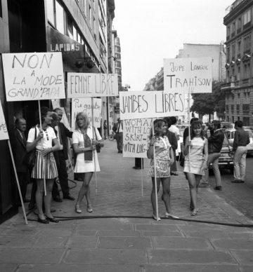 Dimostrazione femminista a favore delle minigonne. Parigi, 1969