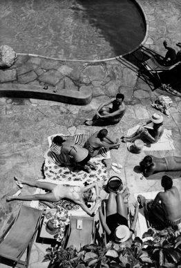 """Bagnanti a bordo piscina. Stabilimento balneare """"La canzone del mare"""", il ritrovo più elegante della baia di Marina Piccola. Capri, anni Sessanta. Photo Mario De Biasi"""
