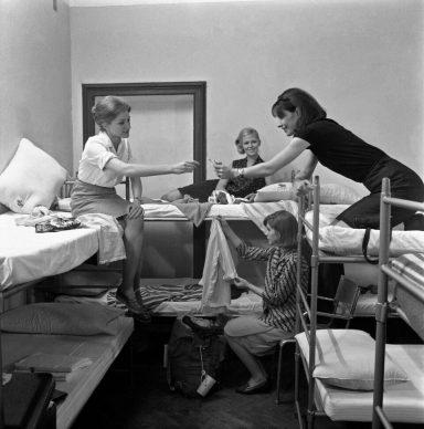 Quattro ragazze, che hanno deciso di vivere una vacanza economica, dividono la stanza di un ostello. Italia, anni Sessanta