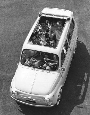 A bordo di una Fiat 500 Giardiniera. Italia, anni Sessanta.