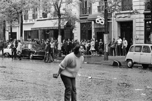Scontri tra studenti e forze dell'ordine. Sola, al centro di Boulevard Saint-Germain, una giovane donna provoca la polizia. Parigi, maggio 1968