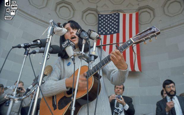 Joan Baez canta nel corso di una manifestazione contro la guerra, Central Park - New York, 3 aprile 1968