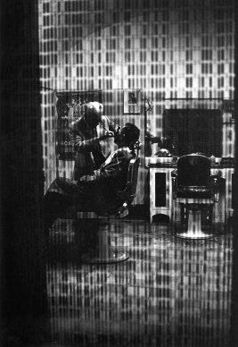 Ferdinando Scianna, Sicilia, Riesi, 1964, Barbiere © Ferdinando Scianna / Magnum Photos