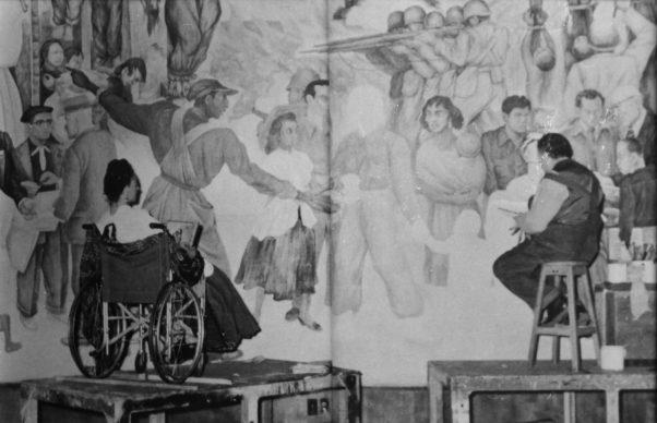 """John Woodman, fotografo nordamericano che tradusse in spagno il suo nome in Juan Guzmán, ritrae Frida e Diego davanti a """"Pesadilla de guerra y sueño de de paz"""".  Palazzo delle Belle Arti, Città del Messico, 1952."""