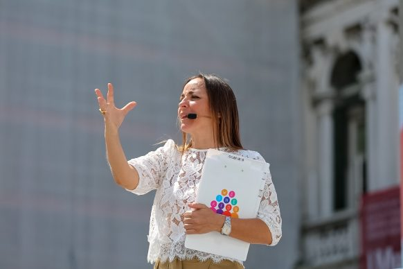 Camila Raznovich introduce Scendi in piazza con WE the KIDS, Kids Creative Lab 6, 2018, Piazza San Marco, Venezia. Photo by Davide Carrer