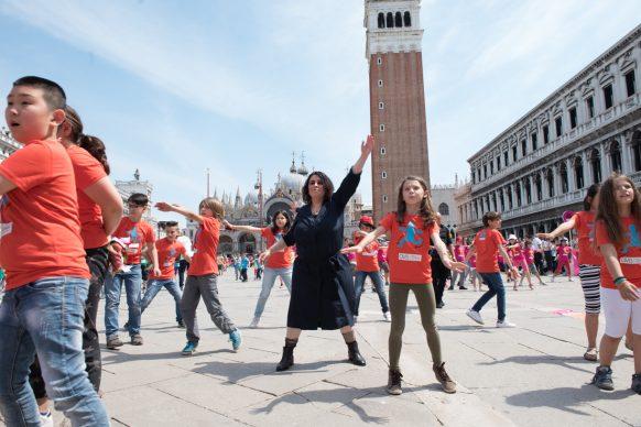 Marinella Senatore prende parte alla performance Scendi in piazza con WE the KIDS, Kids Creative Lab 6, 2018, Piazza San Marco, Venezia. Photo by Davide Carrer
