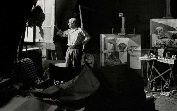 Pablo Picasso nel suo studio. 1948 © Herbert List_Magnum Photos