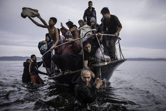 Sergey Ponomarev, Migrants arrive by a Turkish boat near the village of Skala, on the Greek island of Lesbos. Monday 16 November 2015. Series: Europe Migration Crisis, 2015 © Sergey Ponomarev, Prix Pictet 2017