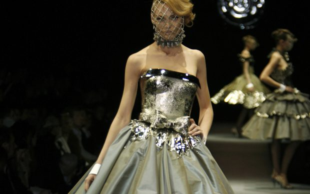 © PHOTO PETER STIGTER, COLLECTION VIKTOR & ROLF A/W 2006-2007