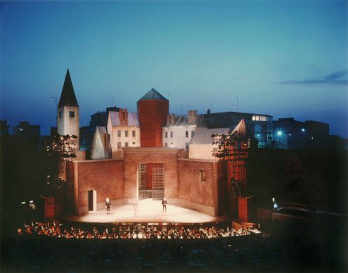 Luigi Ghirri, Ravenna, rocca Brancaleone, scenografia di Aldo Rossi per la Lucia di Lammermoor, 1987 © Eredi di Luigi Ghirri / Courtesy Editoriale Lotus