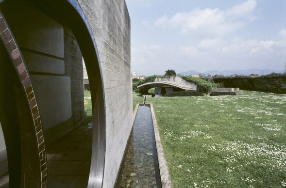 Luigi Ghirri, San Vito d'Altivole, 1983, Carlo Scarpa, Cimitero - Tomba Brion © Eredi di Luigi Ghirri / Courtesy Editoriale Lotus