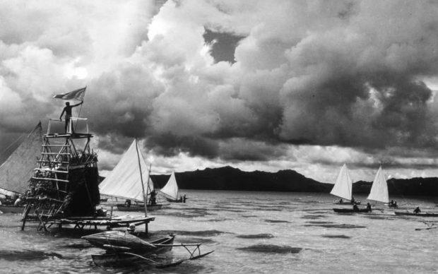 Folco Quilici_Segnale del maltempo da una torre di pesca davanti a Taha, Isole Sottovento