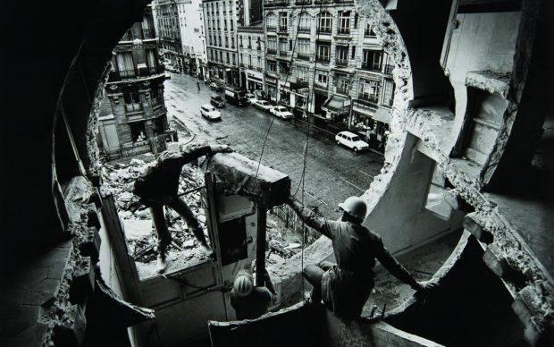 Harry Gruyaert Gordon Matta-Clark and Gerry Hovagimyan working on Conical Intersect. Rue Beaubourg, 1975 © Harry Gruyaert