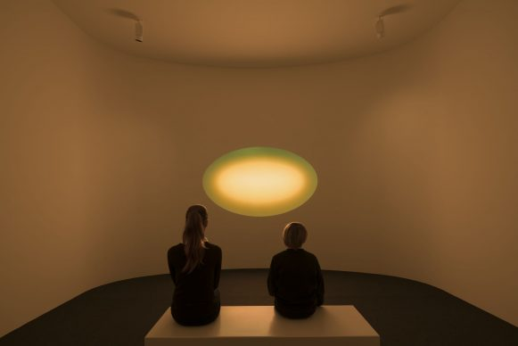 James Turrell, Curved Wide Glass (gold), 2018 (c) James Turrell, Foto Florian Holzherr