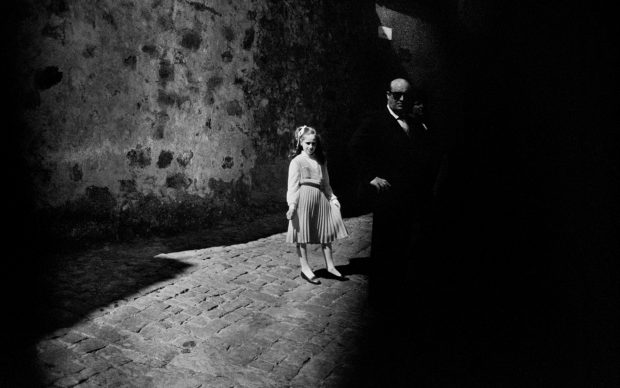 Letizia Battaglia, La bambina e il buio, Baucina, 1980 © Letizia Battaglia