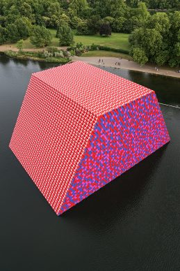 Christo and Jeanne-Claude The London Mastaba, Serpentine Lake, Hyde Park, 2016-18. Photo: Wolfgang Volz © 2018 Christo