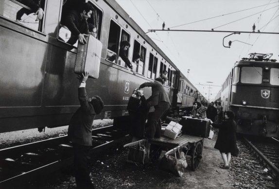 Uliano Lucas (Milano, 1942), Il trasbordo degli emigrati al confine italo-svizzero, Luino, 1973. Stampa ai sali d'argento