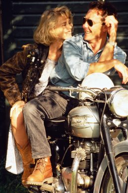 Frank Herholdt, Couple sitting on stationary motorbike. Collezione The Image Bank / Getty Images