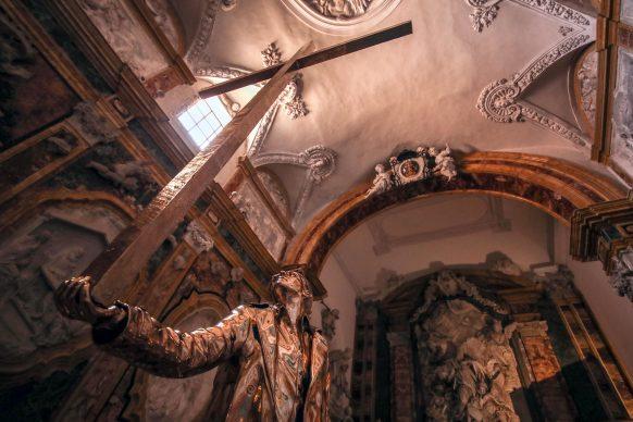 Jan Fabre, L'uomo che sostiene  la  croce, 2015. Linda and Guy Pieters Collection, Belgium. Opera esposta nella Cappella di San Benedetto (Cattedrale Santa Maria la Nuova) Monreale. Foto PETYX PALERMO
