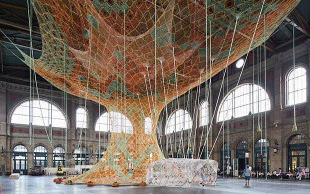 Ernesto Neto, GaiaMotherTree, 2018, veduta dell'installazione nella stazione di Zurigo Centrale. Image by Mark Niedermann © fondation beyeler