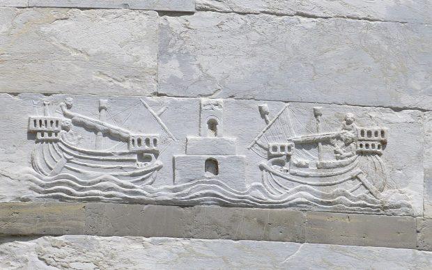 Bassorilievo rappresentante imbarcazioni sulla Torre pendente di Pisa