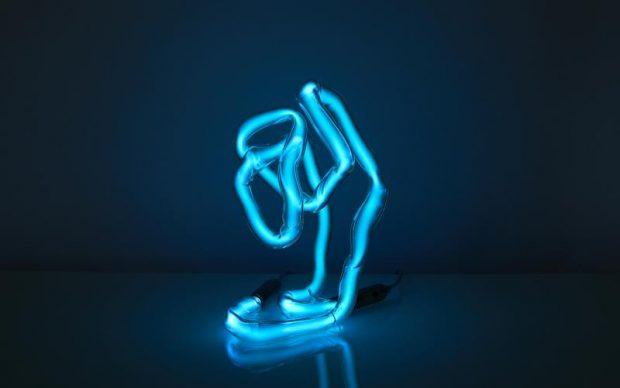 Jochen Holz, lampada scultura al neon, photo by by Sylvain Deleu
