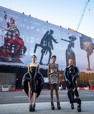 """Modelle indossano abiti di Iris Van Herpen per il lancio dell'artwork di Nick Knight """"Knights of Knightsbridge"""". Credit Jeff Moore"""