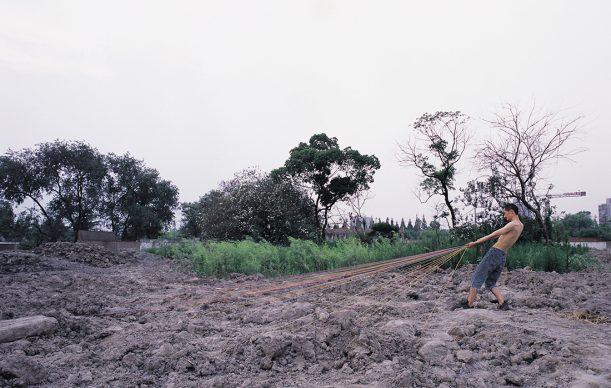 © XIANG LIQING, Haul these stuff - 4, 2007. Courtesy of ShanghART Gallery (Shanghai, Beijing _ Singapore)