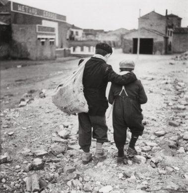 Enrico Pasquali, Bambini, periferia di Comacchio, Emilia Romagna, 1955 © Eredi Enrico Pasquali