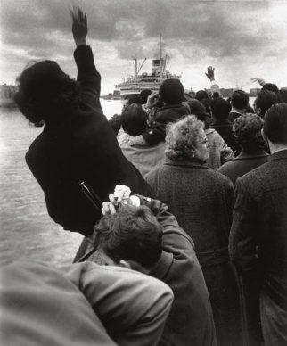 """Stefano Robino, Alla partenza della """"Cristoforo Colombo"""", Genova, 1957 © Archivio Stefano Robino"""