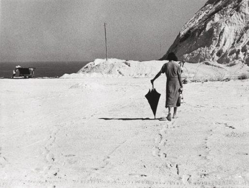Cecilia Mangini, Il pranzo è in arrivo, Lipari, 1952 © Cecilia Mangini