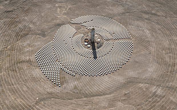 Edward Burtynsky, Cerro Dominador Solar Project #1, Atacama Desert, Chile, 2017. Photo © Edward Burtynsky courtesy Nicholas Metivier Gallery, Toronto