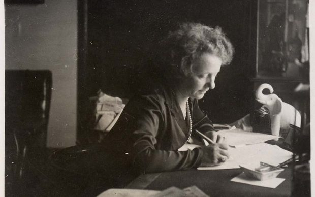 Margherita Sarfatti allo scrittorio nello studio di un suo appartamento romano, 1930 ca