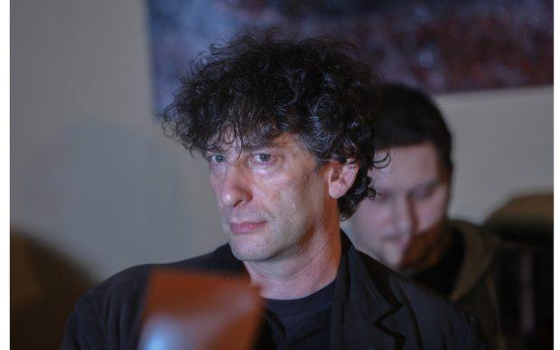 Neil Gaiman nel 2010, photo by Mika Stetsovski fonte Flickr