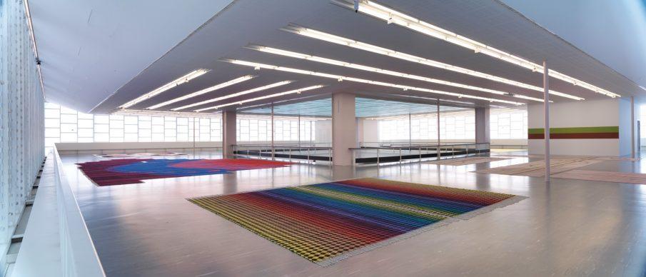Installation View: Polly Apfelbaum. Happiness Runs © Belvedere, Vienna, 2018 / Photo: Sandro Zanzinger. Front: Polly Apfelbaum, Rainbow Nirvana Houndstooth, 2012; Courtesy die Künstlerin & Frith Street Gallery, London