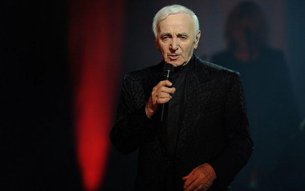 Charles Aznavour in concerto nel 2014, photo by Wijjjilihgvv fonte Wikipedia