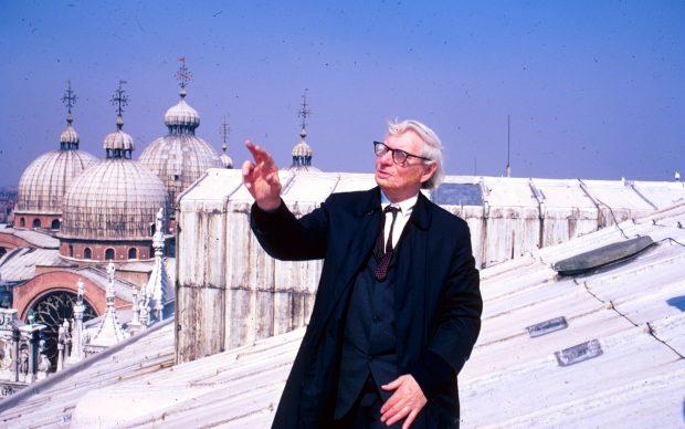 Louis Kahn sul tetto di palazzo Ducale, Venezia, febbraio 1972 Credit: © Archivio UIA Venezia