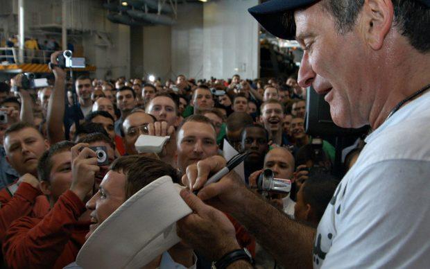 Robin Williams firma autografi a bordo della USS Enterprise (CVN 65), nel 2013, fonte Wikipedia