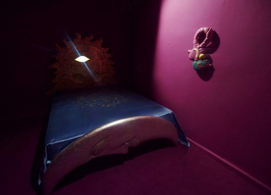 Luigi Ontani, Heliondimio, 1987. Legno scolpito dorato e argentato supporto materasso in legno e lamelle. Courtesy: Mirabili Arte d'Abitare