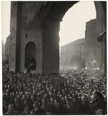 Menigte, luisterend naar een  toespraak van de socialist Pietro Nenni, Basilica di Massenzio, Rome, 1948 © Chim (David  Seymour), Magnum  Photos. Courtesy  Chim  Estate