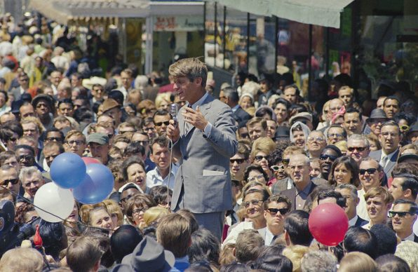 Indianapolis, Robert F. Kennedy durante un comizio per la campagna delle primarie democratiche, 30 aprile, 1968. AP/ANSA
