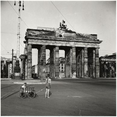 Jongen met bolderkar voor de Brandenburger  Tor, Berlijn, 1947 © Chim (David  Seymour), Magnum Photo. Courtesy Chim  Estate