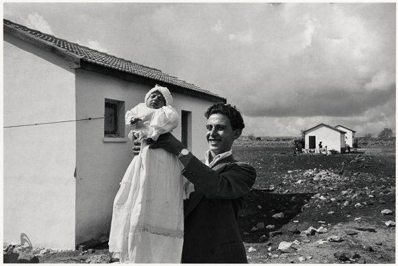 Man houdt de eerst  geboren baby in de  nederzetting Alma omhoog, Israël, 1951 © Chim (David  Seymour), Magnum  Photos. Courtesy  Chim  Estate