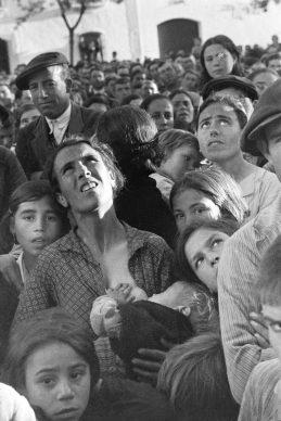 Vrouw met een  baby aan  haar  borst  tijdens een bijeenkomst  over landhervormingen, bij  Badajoz, Extramadura, Spanje, 1936 © Chim (David  Seymour), Magnum  Photos. Courtesy  Chim  Estate